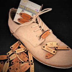 chouzies bois sur chaussure vue d'ensemble